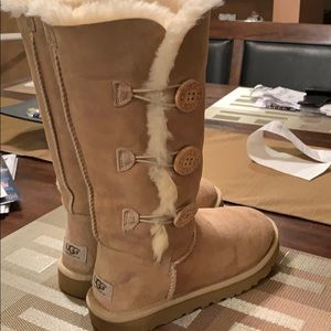 Size 7 women's. Tall sandy bailey button ugg boots